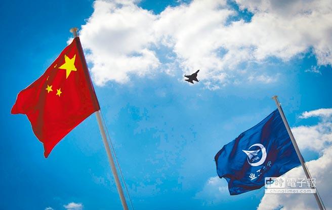 中巴合作生產的「梟龍」戰鬥機在航展上表演。(新華社資料照片)