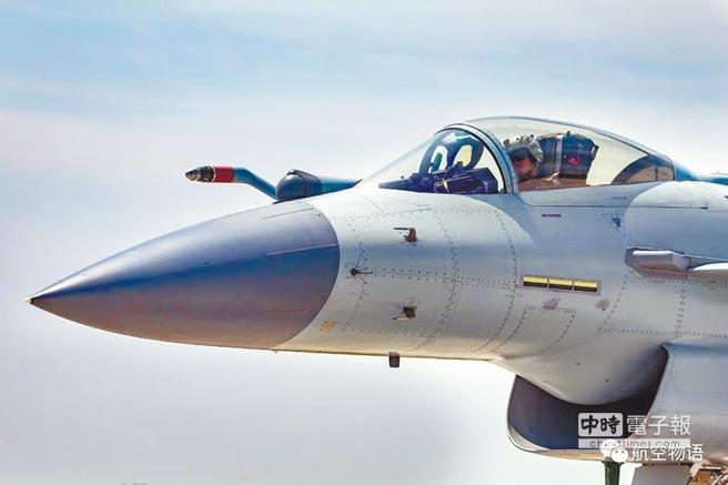 梟龍第三批次(BLOCK3)初步設計工作,可能會採用類似殲-10B/C(見圖)的機頭部位設計。(取自微信公眾號@航空物語)