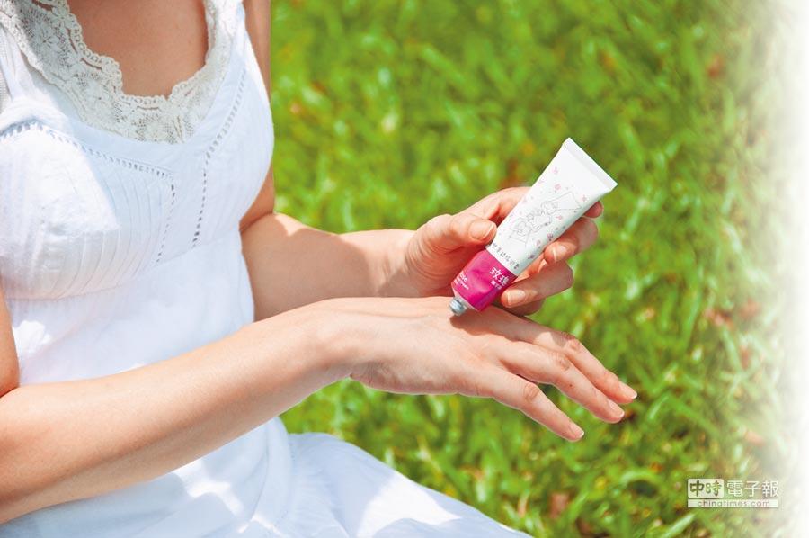 洗完手趁手半乾時,可以在雙手塗抹親膚性高保濕卻不黏膩,適合台灣氣候的護手霜,呵護手部肌膚。(森林島嶼提供)