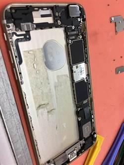 扯!iPhone換原廠電池 拆開驚見牽絲雙面膠