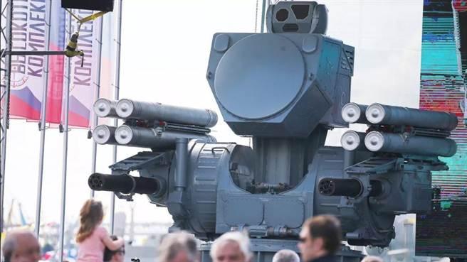 俄國海鎧甲近防衛系統,有小型相位陣列雷達、光學偵測器,還有8枚飛彈和2具旋轉機砲。(圖/The Drive)