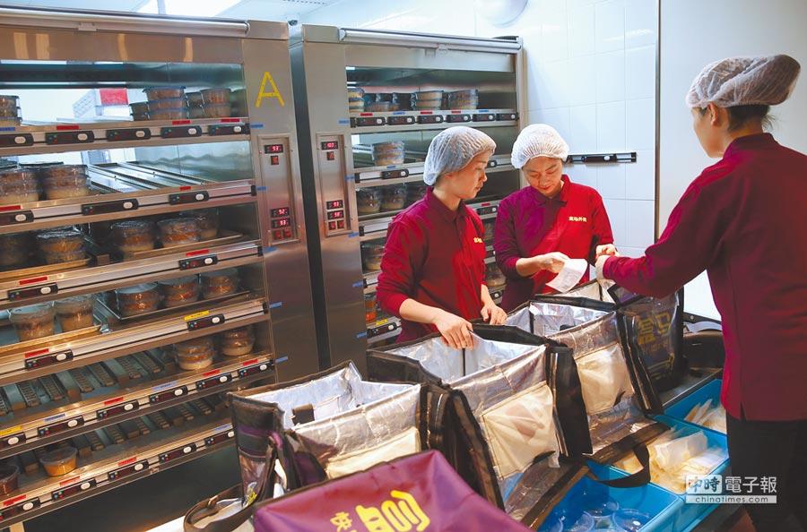 大陸新規定,餐飲外賣應有實體門市並取得食品經營許可證,不得超範圍經營。圖為工作人員在「盒馬外賣」的中央廚房分配外送訂餐。(新華社資料照片)
