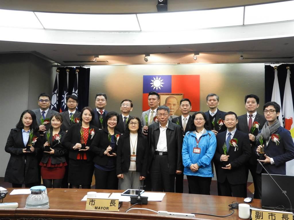 台北市政府舉辦「菁業獎」,鼓勵企業實踐勞動法令精神、提供市民優質勞動環境,2日由市長柯文哲親自頒獎給14家獲獎企業。(北市府提供)