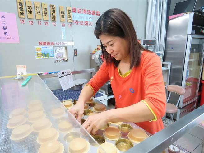 「麻吉紅豆餅」老闆蔡素芬秉持做給家人吃的媽媽味,嚴格把關食材。(葉書宏攝)