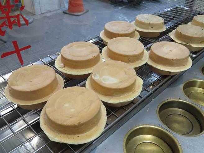 「麻吉紅豆餅」口味多元,餡料都是親自熬煮。(葉書宏攝)