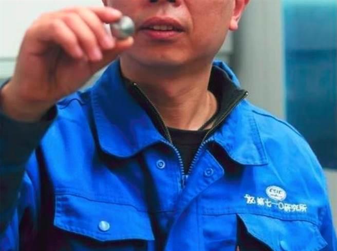 中船重工710所重點研發,名為「深度片」的核心零件僅有指甲大小,一張紙厚,加工精度要求極高,誤差以0.01毫米計。(中船重工)