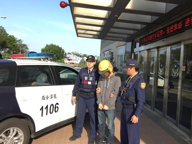 40歲的蘇姓男子身上有8條通緝,2日晚間遭巡邏的龍潭警方發現、逮捕歸案。(賴佑維翻攝)
