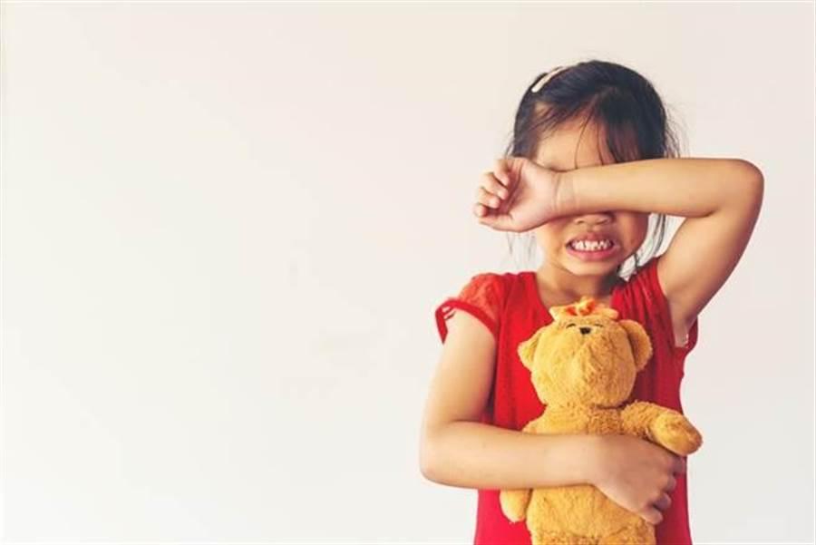 2歲女童目睹父母打架全程,臉還沾滿母親濺出的鮮血,驚嚇痛哭。(非當事人示意圖/達志影像/shutterstock提供)