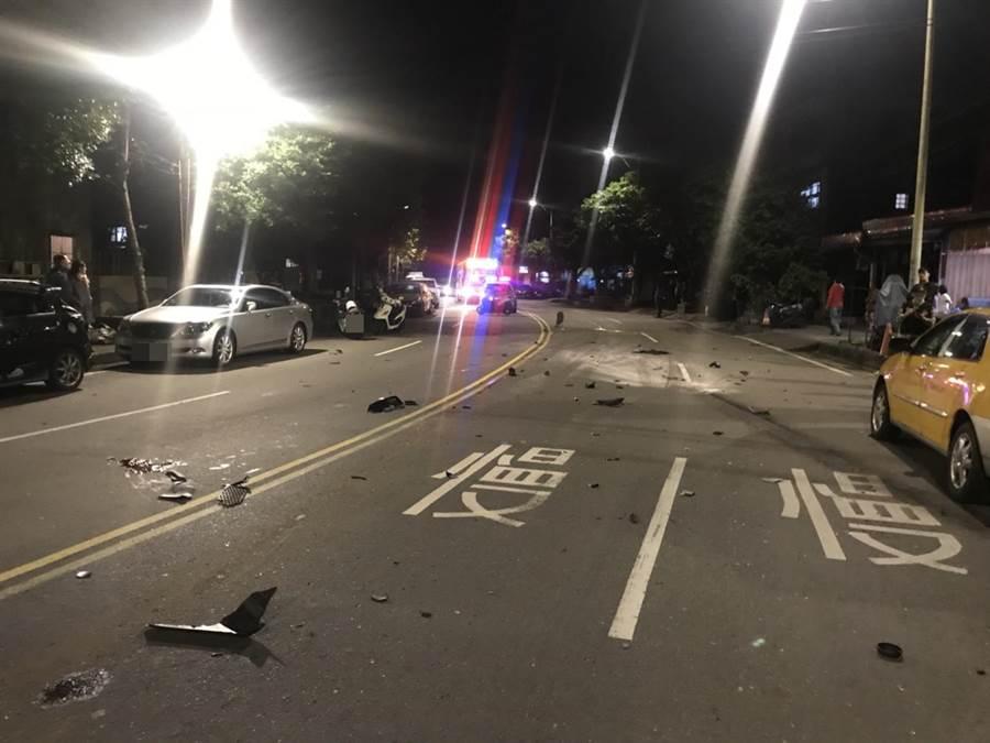 林姓現役軍人被撞死後,機車中的物品散落一地。(張穎齊翻攝)