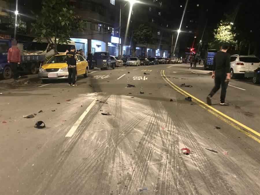 李男昨晚為了趕回家,酒駕開快車撞死人,在工建路上留有當時痕跡,警方初步研判李男當時車速約100公里。(張穎齊翻攝)