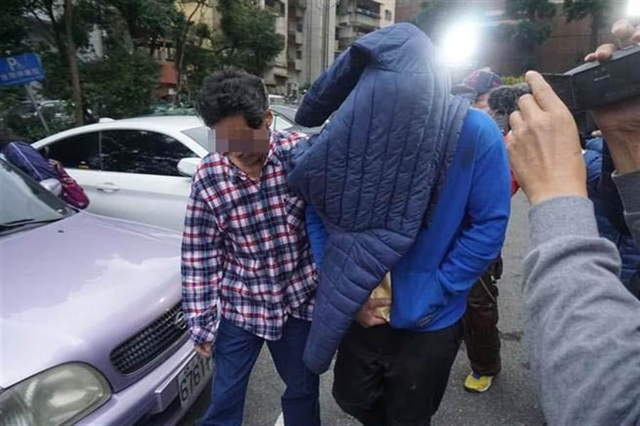李男(中)酒駕撞死人,今(3)日下午3時許以20萬元交保出去,並用外套蓋住頭哽咽地說「我對不起他(死者)!」。(李其樺攝)