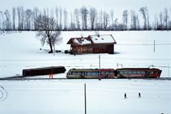 冬季風暴肆虐歐洲 瑞士火車被吹翻脫軌