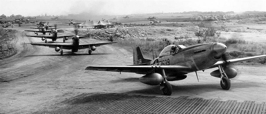 在硫磺島的P-51戰機群。硫磺島離日本1120公里,進入日本的絕對防衛圍內,從此處出發美軍戰機與轟炸機都可以攻擊日本本土,因此硫磺島戰役異常慘烈。(圖/美國國會圖書館)
