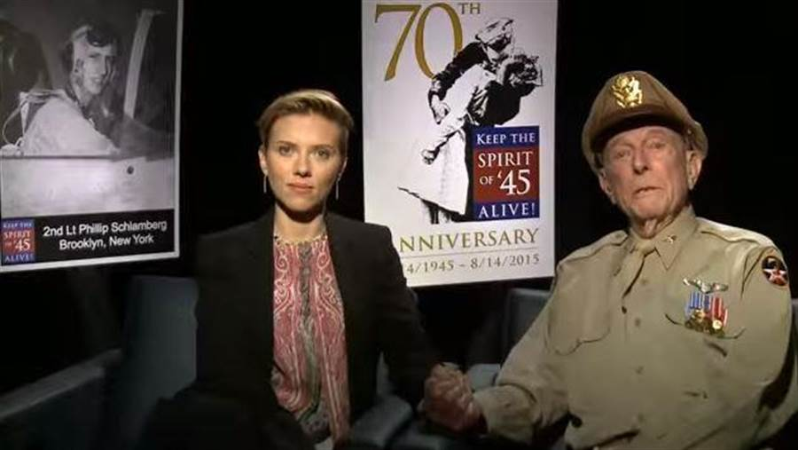 耶林倡導人們要記得45精神(1945年精神),他在2016年接受電影明星史嘉蕾喬韓森的訪問。(圖/YOUTUBE截圖)