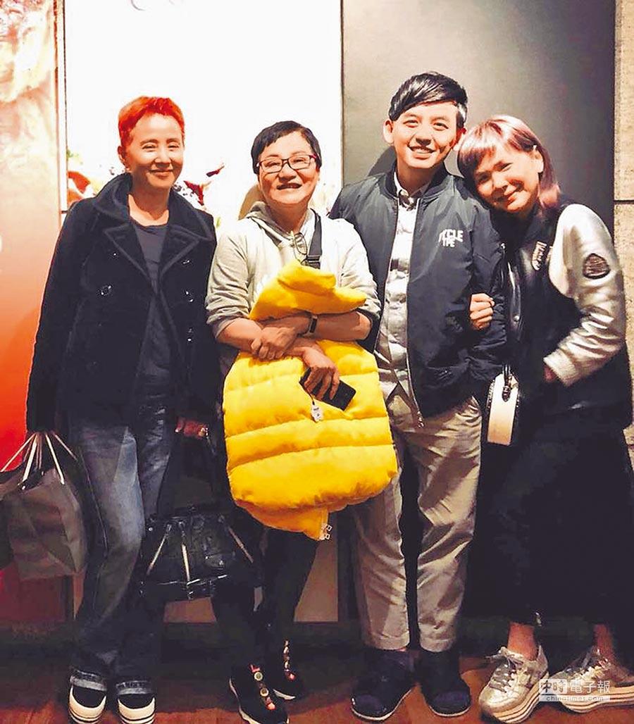 黃子佼(右二)搬新家,「三娘」李明依(左起)、張小燕、張清芳一起拜訪。(取材自臉書)