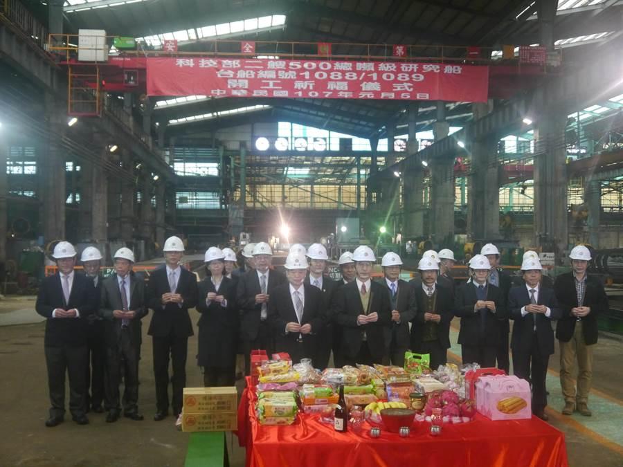 科技部今(5)日在台船基隆廠動工建造2艘500噸級海洋研究船,貴賓們拿香舉行動工典禮。(張穎齊攝)