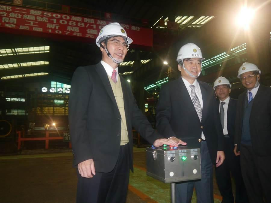 科技部長陳良基(左一)與台船董事長鄭文隆(左二)依同進行研究船啟用儀式,海大張清風校長(右一)也出席參與。(張穎齊攝)