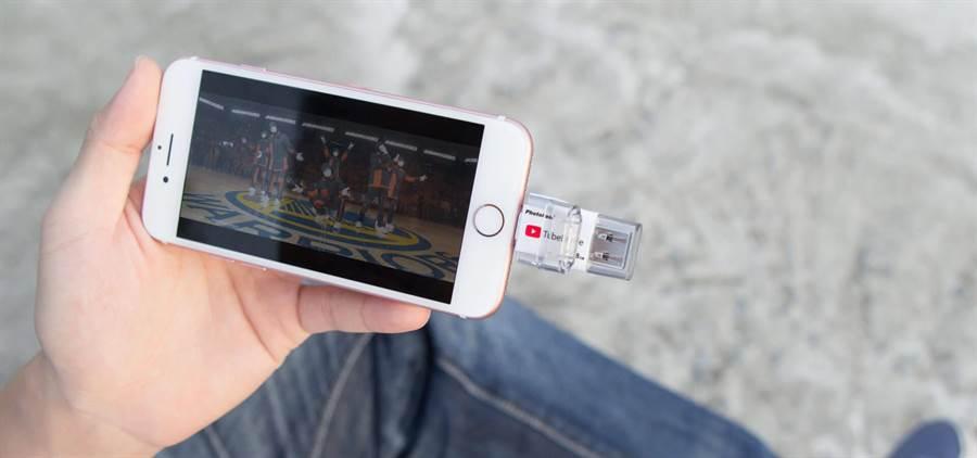 PhotoFast推出iPhone專用全球首款可離線瀏覽YouTube影片的「TubeDrive蘋果專用隨身碟」,1799元起。(PhotoFast提供)