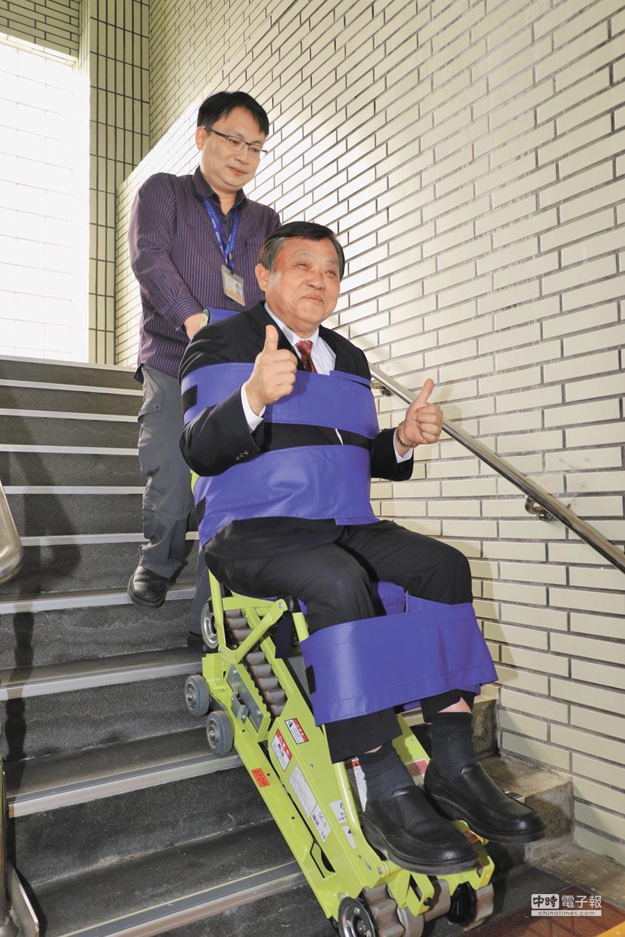 新北市議會無黨聯盟黨團總召蔡錦賢親自試坐爬梯機,直言市府應立即增加數量,供有需要民眾使用。(葉德正攝)