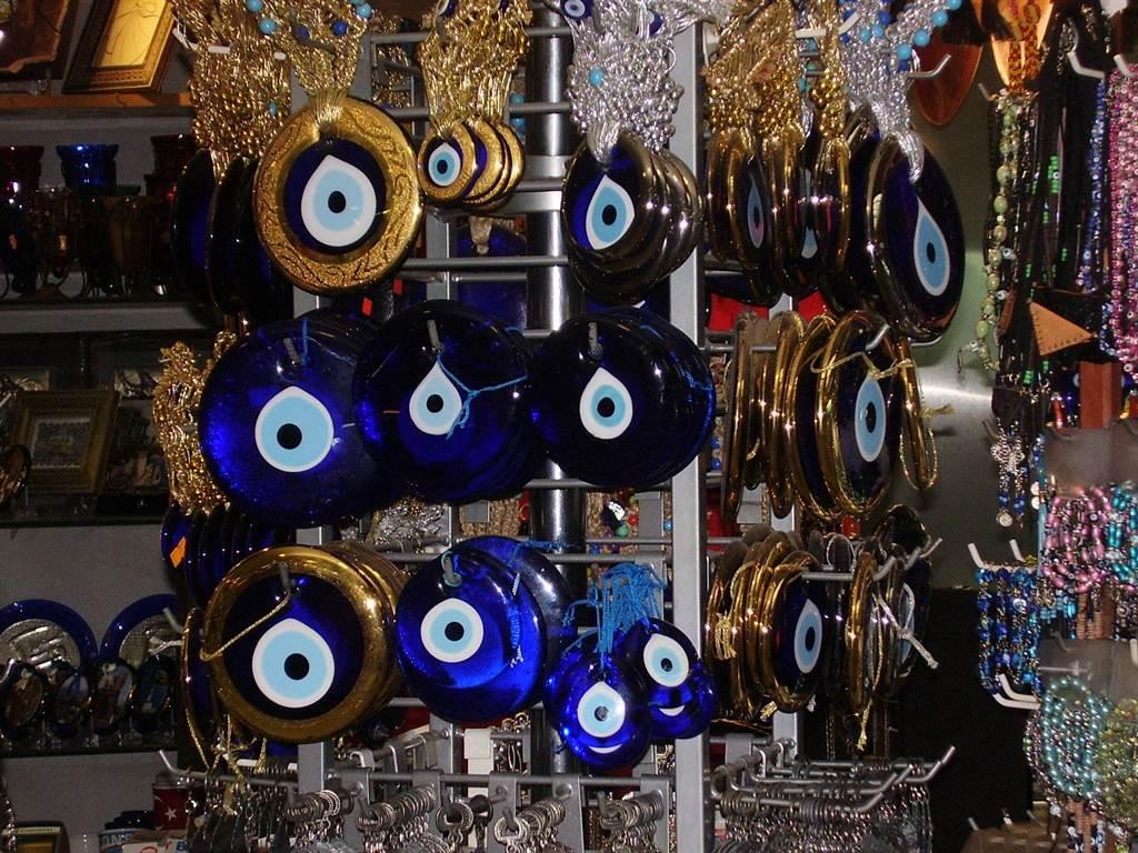 土耳其人會將許多匪夷所思的災厄歸咎於邪視的詛咒,並相信對抗邪視的方法就是掛上「藍眼睛」以毒攻毒。(圖片/維基百科)