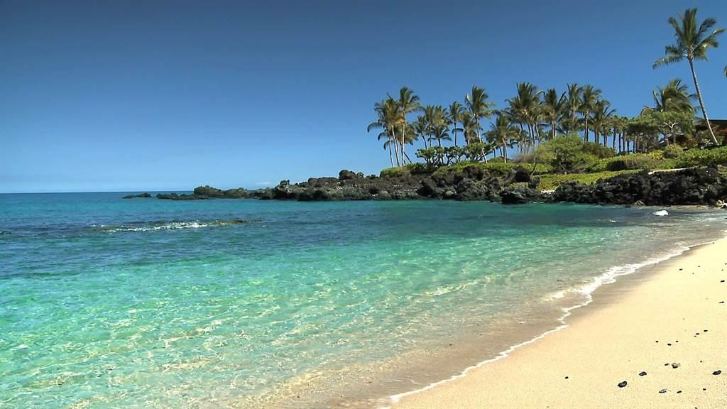 夏威夷的海砂極美,不少人會偷偷帶回家,但這在當地是會招來厄運的禁忌。(圖片/youtube)