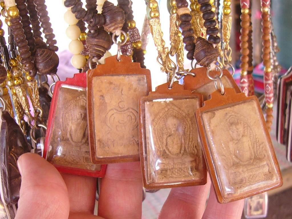很多人會把泰國的佛牌當作護身符,不過當地人提醒,就算是佛牌也分為不同種類,不可隨意配戴。(圖片/維基百科)
