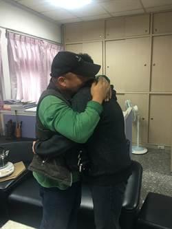 父子分離10多年 警局重逢相擁而泣