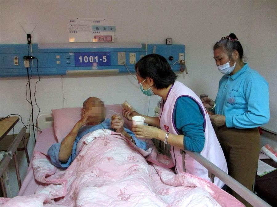 高雄市聖功醫院安寧志工自製烘焙餅乾,陪病人溫馨下午茶。(呂素麗翻攝)