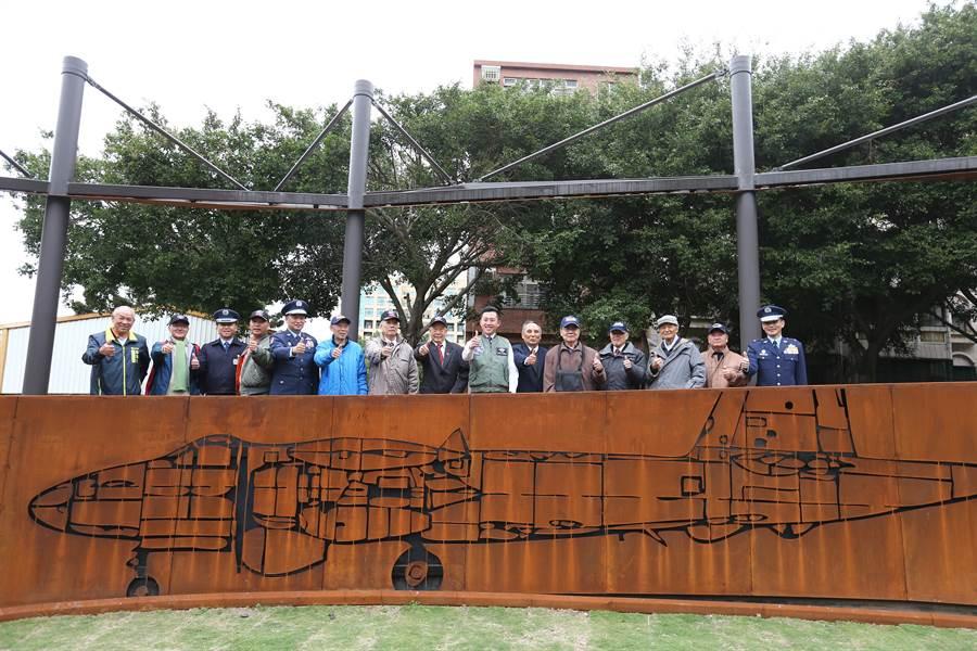 新竹市東大飛行公園6日舉行啟用儀式,邀請黑蝙蝠中隊老隊員們重回昔日營區所在地。(徐養齡攝)