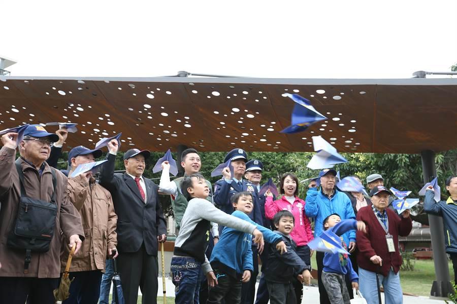 新竹市東大飛行公園6日舉行啟用儀式,市長林智堅(左四)帶領眾人拋出紙飛機,象徵夢想起飛。(徐養齡攝)