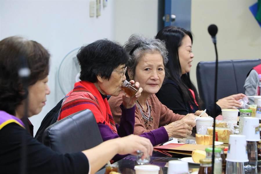 成功大學生物科技中心舉辦「寒冬送暖」活動,邀請社區近20位長輩到校共進早餐,並品嘗該中心技轉的保健食品。(洪榮志攝)