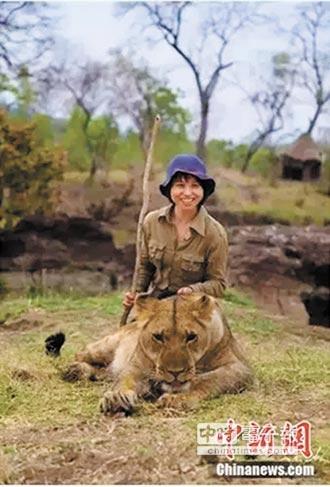 陸女勇闖非洲 用鏡頭庇護獅