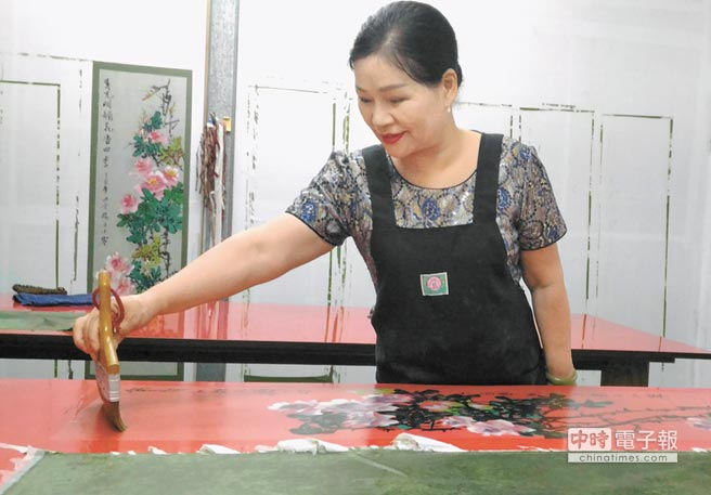 正在拓畫心,神情悠然而專注的台灣漢緣閣閣主楊小寧。(漢緣閣提供)