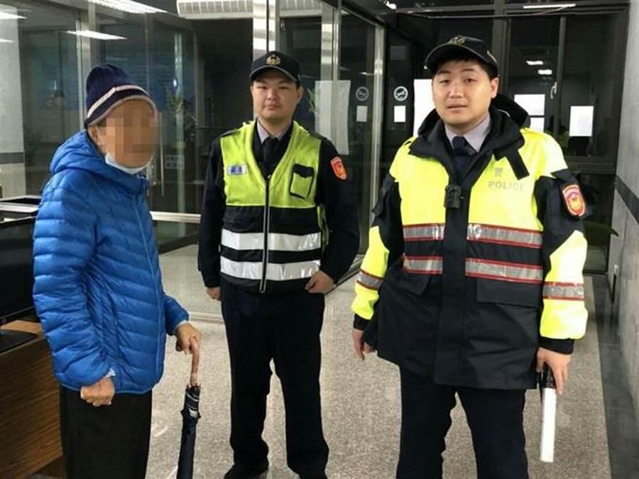 70歲陳爺爺出門散步迷途找警幫忙,暖警駕車載他繞行林口終於找到家。(圖/孫曜樟翻攝)