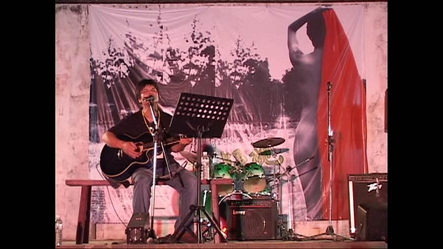 14年前張羽偉在金門唱出自己作詞、作曲的「情字按怎講」;14年後成為董振良新作「雨夜花」的主題配樂。(董振良提供)