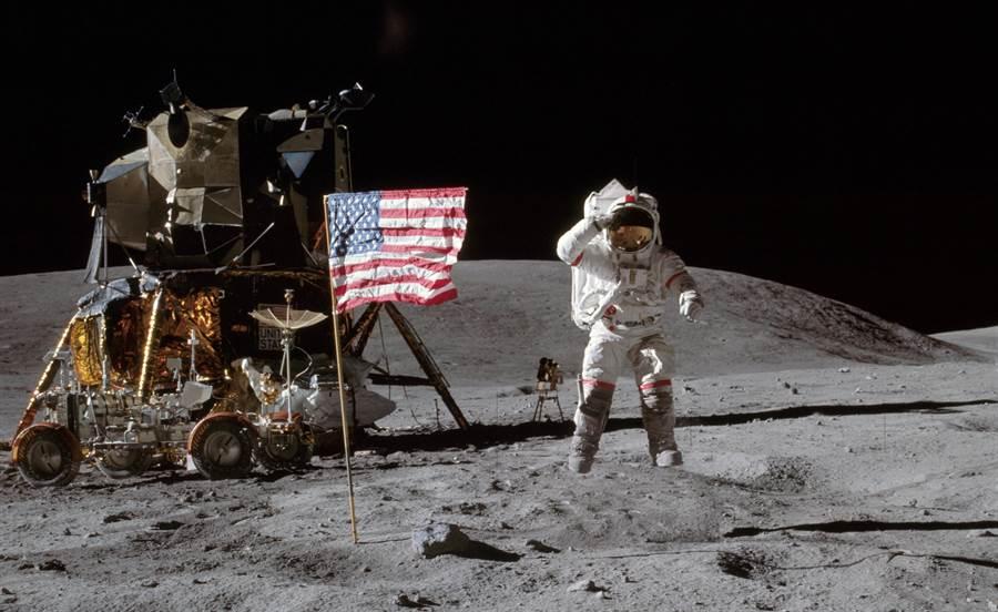 這張著名的太空人敬禮照,常常當成美國阿波羅計畫的代表圖,這位敬禮的太空人就是約翰楊格,這次任務是阿波羅16號。(圖/NASA)