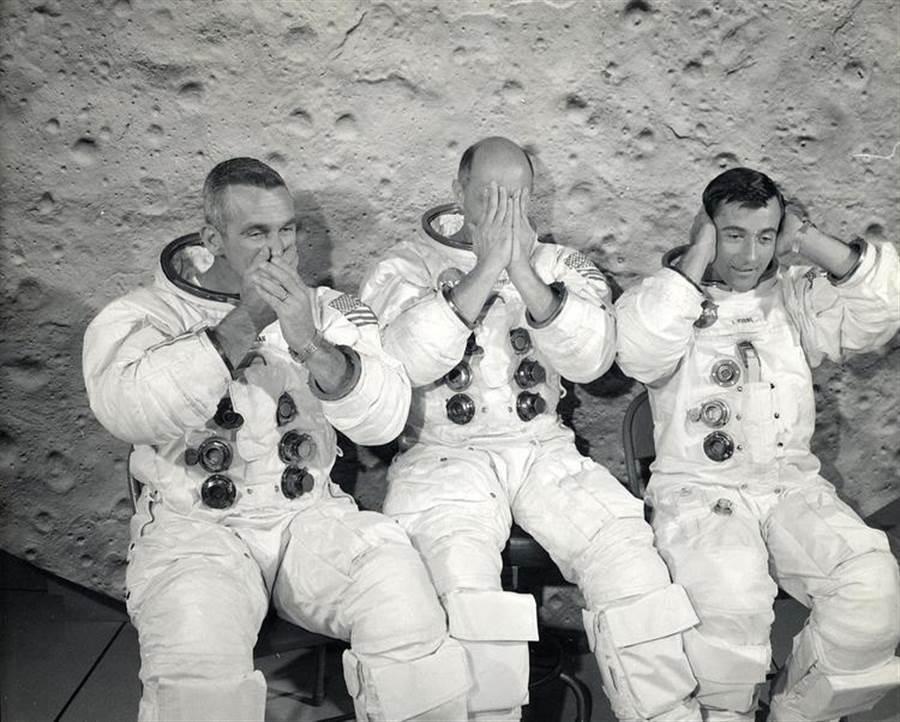 阿波羅10號組員在搞笑。左起:塞爾南、斯塔福德、楊格。(圖/NASA)