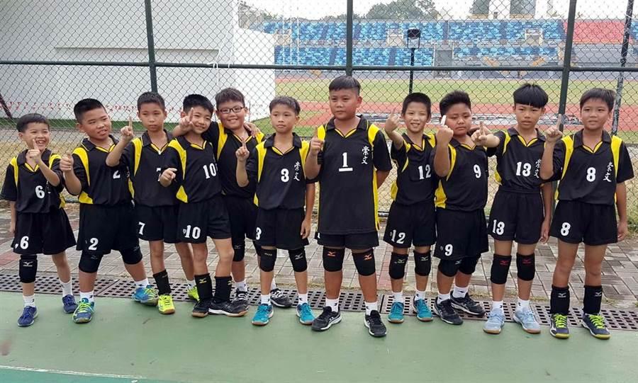 崇文國小排球隊克服混齡劣勢,在這次中小聯運奪得冠軍,重振往日光榮。(潘建志攝)