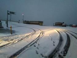 寒流發威 合歡山飄雪!昆陽至大禹嶺路段限加掛雪鏈才准通行