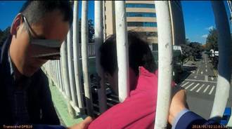 中年女年前遭解雇鬰卒  警局前跳陸橋被救回