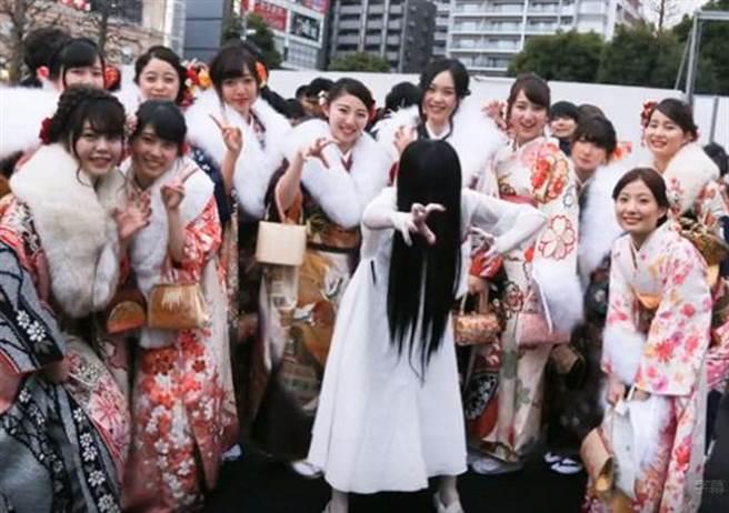 「20歲的貞子」(中)與新成人們合影留念,頗具人氣。(取材自Youtube)