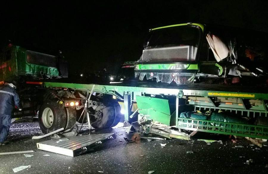 國道中山高安定路段凌晨發生追撞意外,統聯客運司機當場死亡。(莊曜聰翻攝)