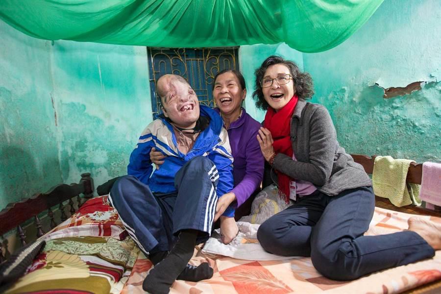 暌違20年,陳淑麗(右)與越南阿福(左)相見歡,中為阿福的生母胡氏秋香。(圖/至善基金會提供)