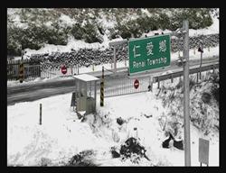 追雪族擠爆公車 學生被迫在零度低溫下走3公里回家