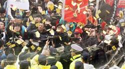 勞基法三讀 勞團立法院外冥紙抗議