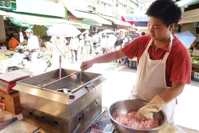 羅紹亨親手製作手工肉丸。(圖/羅紹亨提供)