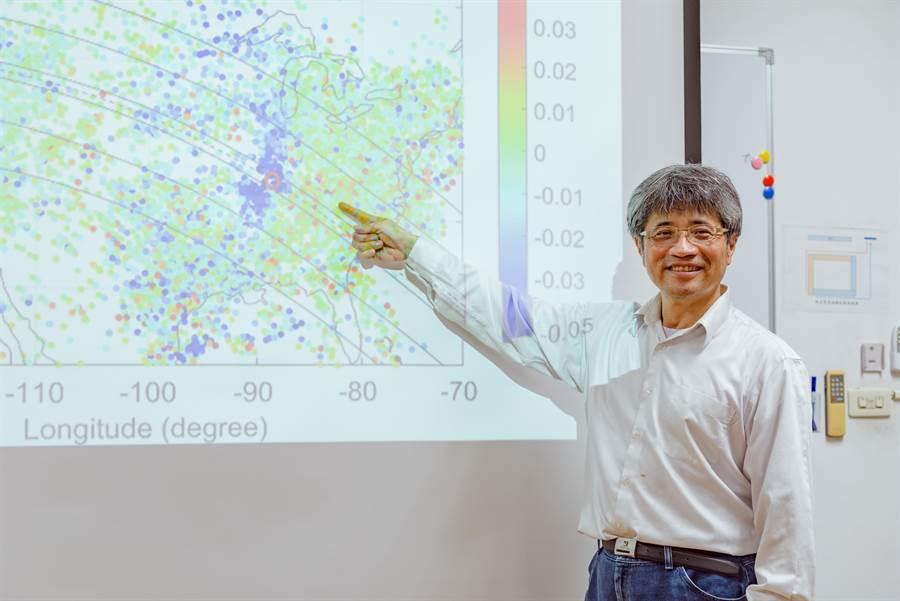 中央大學太空所劉正彥教授團隊發現前所未見的超音速音爆「艏震波」(圖中的藍點),如同船隻在前進時,船頭會頂起浪花並於其兩側引起整齊之弓型波浪。(中央大學提供)