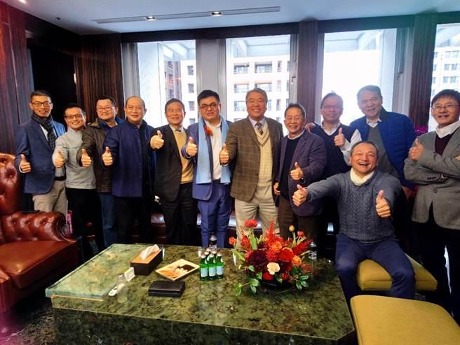 台中建築同業連袂祝賀親家建設董事長張鈞豪(後排中),將企業總部搬遷到7期「親家市政廣場」。(圖/曾麗芳)