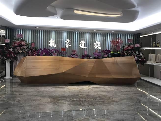 親家建設搬進自家的「親家市政廣場」成立企業總部。(圖/曾麗芳)