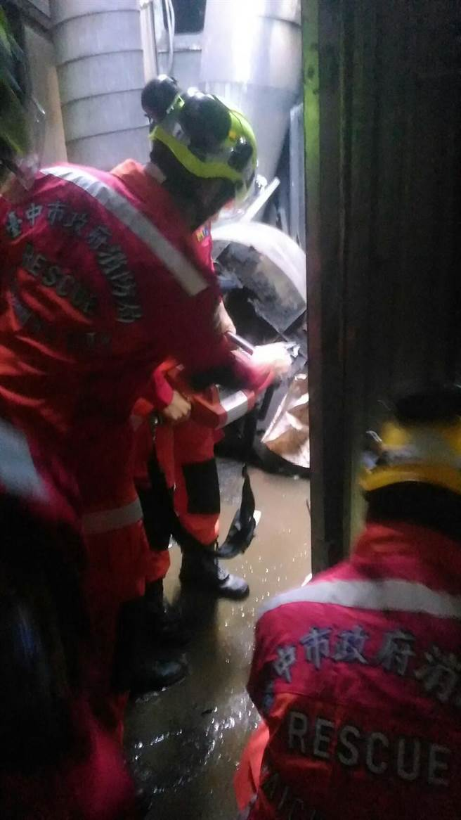 台中市工業區在拆除集塵設備旋風分離器過程中倒塌,造成工人被壓傷,消防人員展開搶救。(盧金足翻攝)